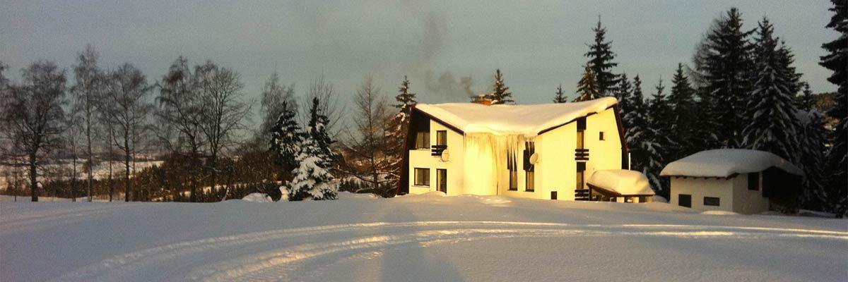 Zasněžená chata na Skalce