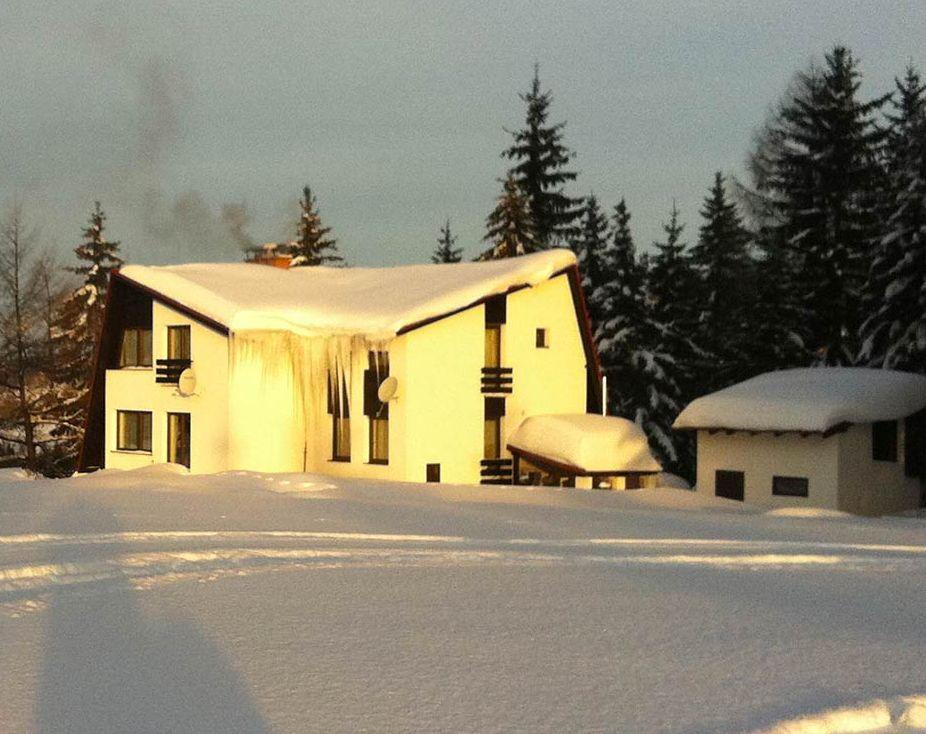 Chata na Skalce v zimním podvečeru